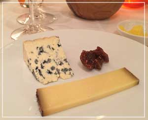 表参道「ビストロブノワ」にて、思わずチーズも、もぐもぐ。