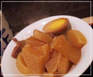 日本橋「お多幸本店」にて、大根とすじと卵の煮物。
