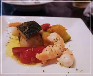 赤坂「CAFE&WINE OSCAR」にて。海老のマリネは野菜もたっぷりめに。