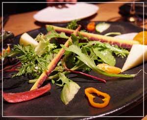 室町「LA BONNE TABLE」にて、最初の一皿がサラダ。