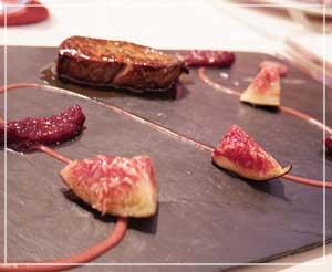 銀座「LES ROSIERS EGUZKILORE」にて、フォアグラの前菜。イチジクの配置が前衛的?