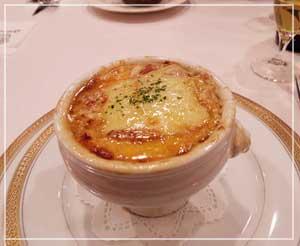 千葉「ほてい家」にて、リッチな味のリヨン風オニオングラタンスープ。
