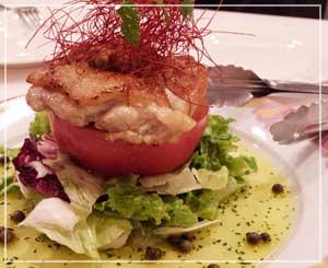 千葉「ほてい家」にて、これも前菜、「地鶏のホットサラダ」