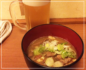 津田沼「ギュートン軒」にて、まずはビールとモツ煮込みで。