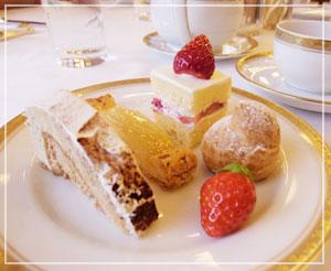 ホテルオークラクリスマスブッフェにて、デザートもしっかりいただきます♪