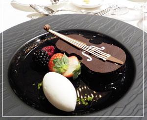 「パレスホテル東京」のニューイヤーオーケストラディナー、デザートにはヴァイオリンが!