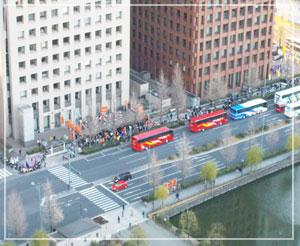 ホテルのベランダから見下ろすと、チアガールの一団が!