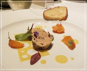 パレスホテル東京「CROWN」にて、フォアグラの前菜。リズム感のあるお皿。