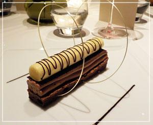 「CROWN」にて、チョコレートとパッションフルーツのデザート。ぐーるぐる。