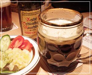 渋谷「Wasserfall」にて、最後は燻製ビールを飲み飲み、ドイツ風ポテサラを。