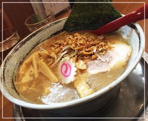津田沼「栄昇らーめん」にて、だんなの頼んだ醤油とんこつ。たっぷりの揚げ玉ねぎがトッピング。