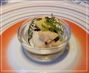 東京ステーションホテル「Blanc Rouge」にて、最初の一皿。お皿がとても綺麗~。