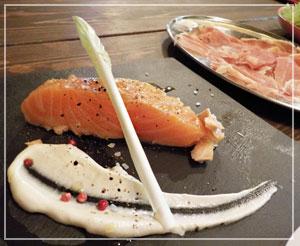 津田沼「ワイガヤ」にて、期待以上の美味しさだったスモークサーモン。とってもレア。