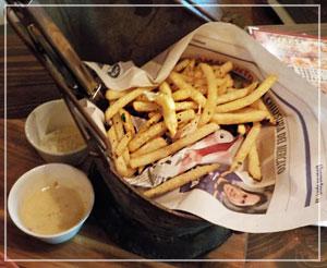 津田沼「ワイガヤ」にて、たいそうツボの美味しさだったバケツ入りフライドポテト。