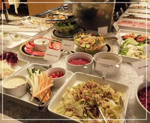 赤坂見附「レストランストックホルム」にて、このあたりはサラダ類。魚も野菜もたっぷりで幸せ~。
