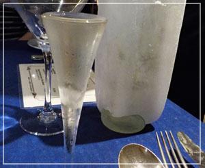アルコール度数の高いアクアビットは「氷漬けのボトル」で供されます