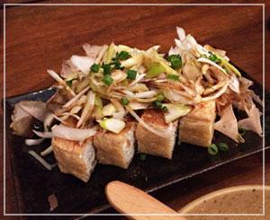 津田沼「鈴家」にて、栃尾揚げのカリカリ焼き。日本酒に似合う似合う。