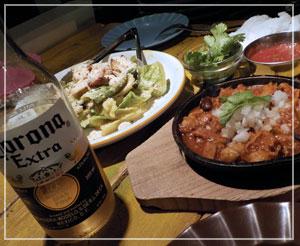 津田沼「メキシコ酒場 SAND'S DINER」にて、コロナとトリッパ、サラダとか。