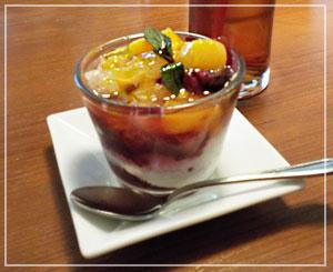 津田沼「クラッカ」にて、ドルチェはパンナコッタにフルーツたっぷり。