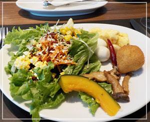 六本木「バルバッコア」にて、まずはサラダだー!
