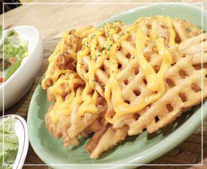 千葉「HOME COOKIN VILLAGE VANGUARD」にて、ワッフルポテト&チーズと、サラダ。