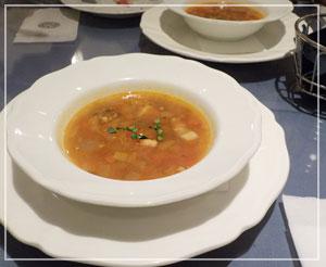 「神戸屋レストラン」にて、バースデー特典セットのカップスープもボリュームたっぷり。