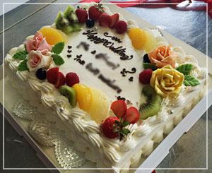 固有名詞はボカしましたが、ケーキはこんな感じで。でっかい!