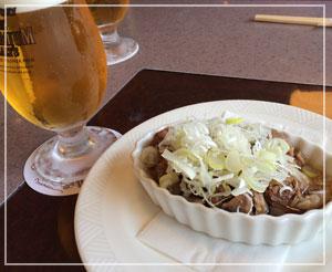 「肉の万世」にて、絶品牛すじ煮込みとビール!