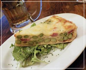 津田沼「ビストロコモ食堂」にて、いつも美味しいキッシュ。今日は枝豆とベーコンの具材で。