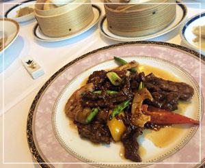 「銀座アスター津田沼賓館」にて、メインのおかず。北京風炒めには栗も入っていました。