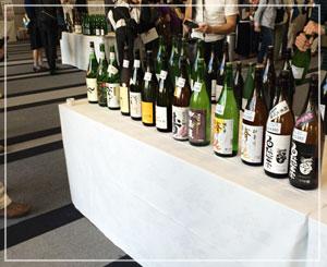 「進撃の日本酒」にて。中央には「フリー試飲スペース」があって、自分で注いで飲み比べできました。