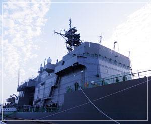 どどーんと、目の前に自衛隊の艦艇が。これは潜水艦救難母艦の「ちはや」だそうです。