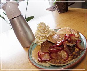 朝食パンケーキ。紅玉りんごたっぷりで。