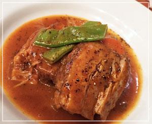 「ビストロコモ食堂」にて、豚バラの煮込みはこんな感じ。ボリュームたっぷり!