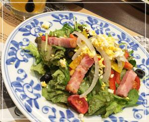 「鎌倉パスタ」にて、たっぷりサラダ。さっそくパンもやってきましたよー。