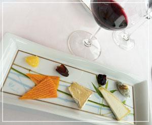 丸の内「Monna Lisa」にて、チーズは3種類。ドライフルーツ入りのパンも添えて。