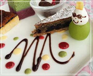 丸の内「Monna Lisa」にて、デザート盛合せは、一足早いクリスマスのよう。