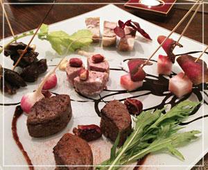 津田沼「ラシェットM」にて、なんとも壮観な、お肉の盛合せ。