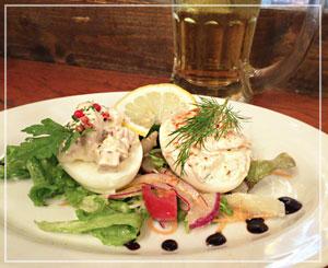 津田沼「ビストロコモ食堂」にて、スウェーデンの卵料理「エッグハルヴォル」。