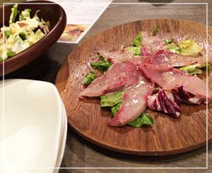 秋葉原「肉バル牛之宮別館」にて、厚切りイナダのカルパッチョと、シーザーサラダもたっぷり分量。