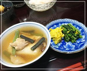 母手製の雑煮は、鶏肉と山菜、きのこ入り~。