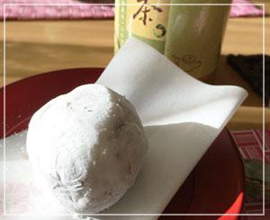 お茶をいただきつつ「翠江堂」の苺大福~。