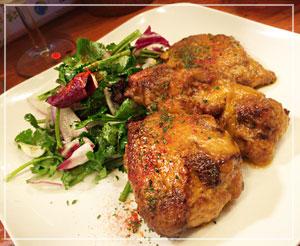 津田沼「ビストロコモ食堂」にて、タイの肉料理「マヨ タンドリーチキン」。ちょっと洋風アレンジの、ワインに似合う肉料理。