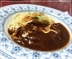 野菜と炒めたスパゲティが添えられているのが素敵なビーフシチュー。
