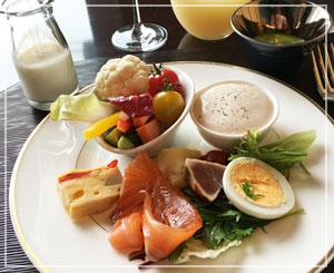 リッツカールトン東京「TOWERS」にて、ブッフェ式前菜のランチを。どれも美味しい~♪