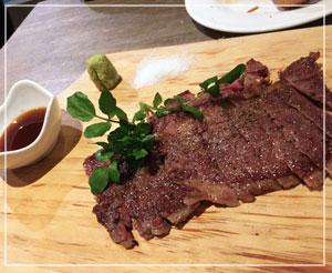 わさび、塩、ポン酢が添えられた和牛ステーキ。サシたっぷり。