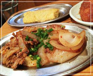 上野「カドクラ」、おすすめメニューの「牛バラ辛味噌焼き」。玉ねぎたっぷりです。