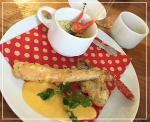 ポップなお皿は魚介の温菜。