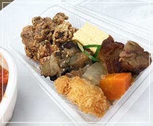 こちらは「鈴家」の惣菜セット。これで500円は幸せ~♪