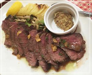 シャロレー牛のステーキも、ボリュームたっぷり。